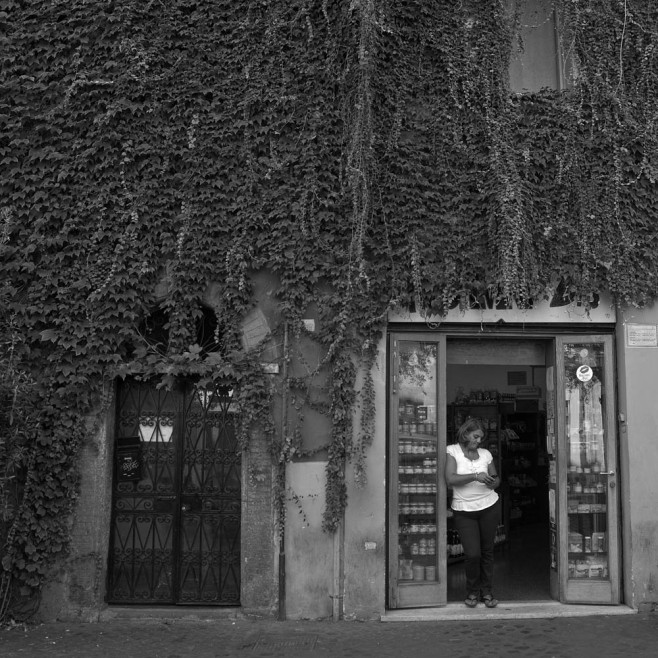 In Trastevere, some people like to stand.