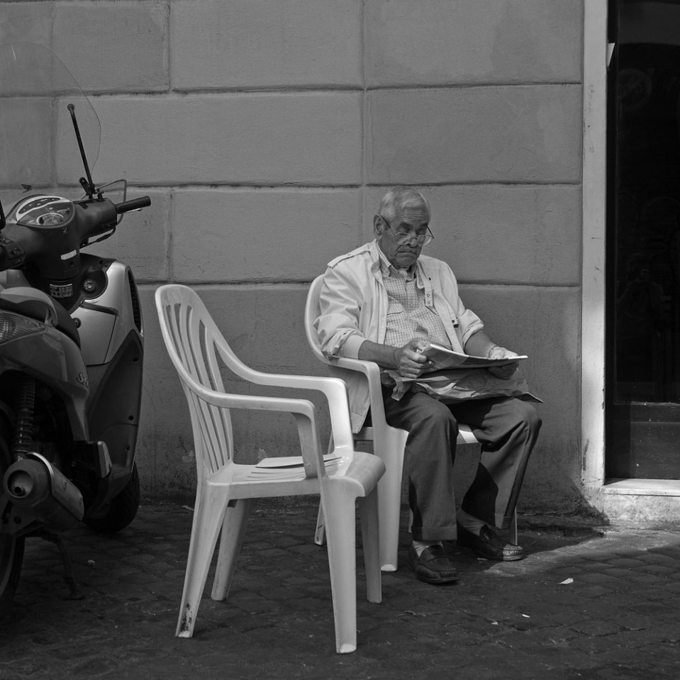 This gentleman sat for a while reading the paper and nibbling at the loaf of bread in the brown paper bag on his lap, from the ancient bakery on Via del Moro.