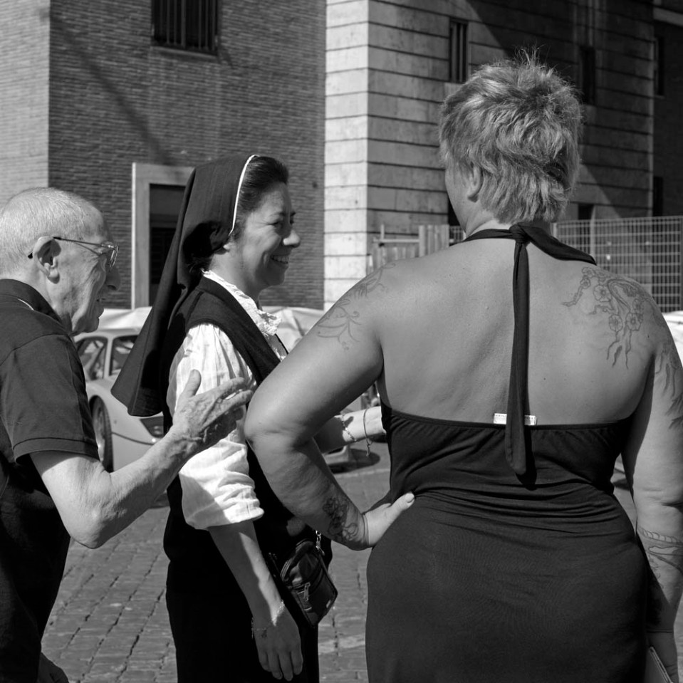 A priest, a nun and an elegant tattroed lady: welcome to Rome, 2015.