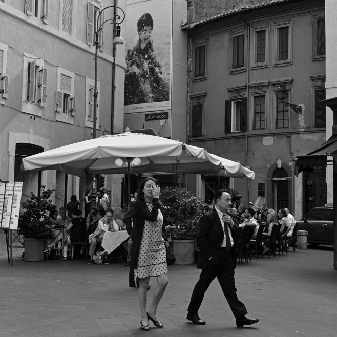 So i point the camera in a Roman piazza. Just to kind of see if it really is as sharp as they say. And then i zoom in on the people in the background. Yes, it really is quite sharp: one disgruntled gentleman at the bar table is easy to recognize: Rino Barillari, the once-famous paparazzo...